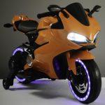 Diablo oranje elektrische kinder motor schuin voor met licht aan 550x639
