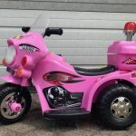 Roze elektrische politiemotor kinder motor tot 4 jaar zijkant 550x526